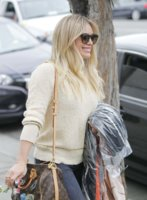 hilary-duff-out-in-west-hollywood-march-21-2017_222071825.jpg