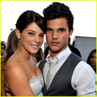 ashley-greene-taylor-lautner-dressed.jpg